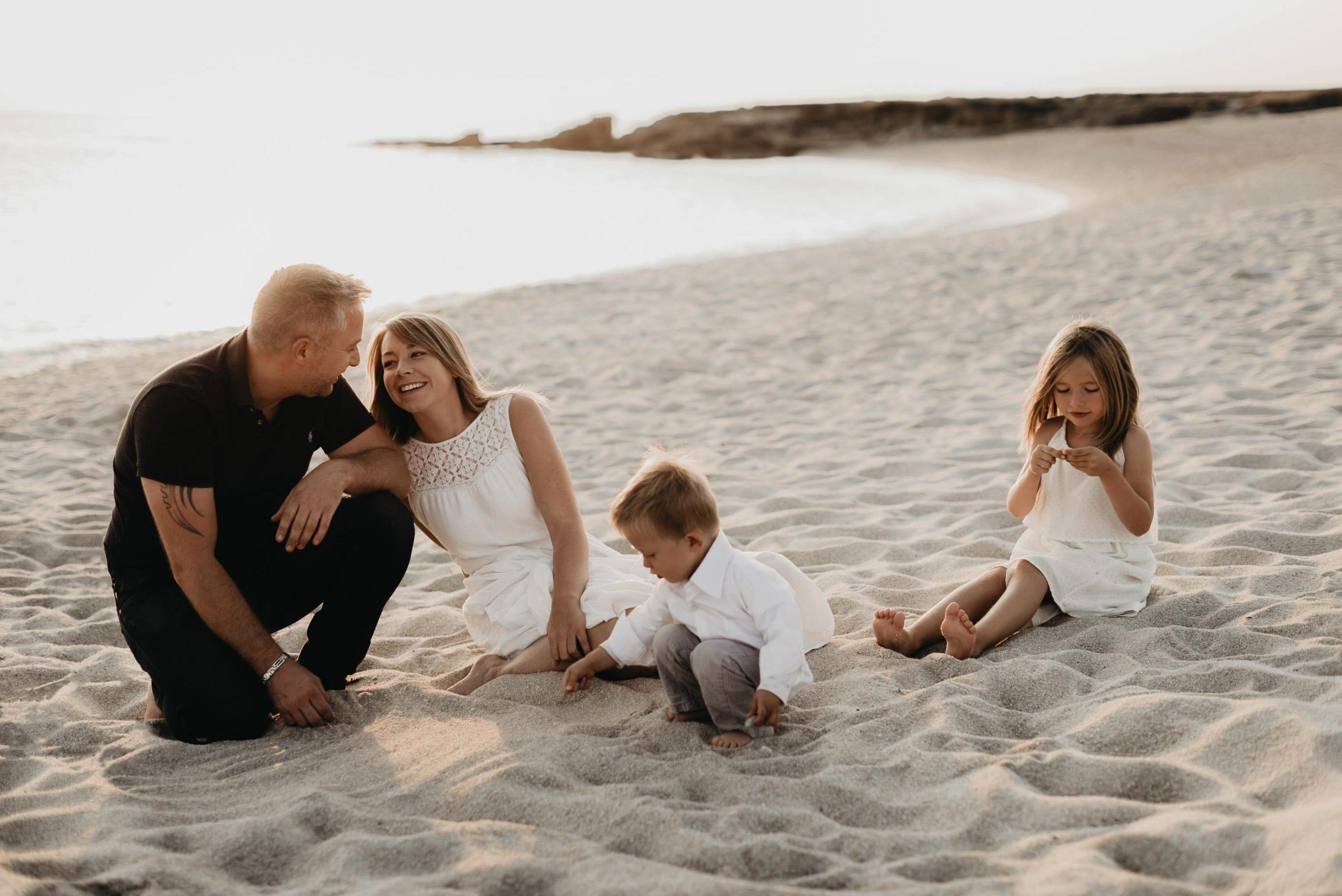 portrait de famille sur la plage séance naturel lifestyle ploemeur morbihan