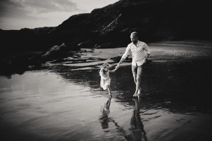 père et sa fille qui joue sur la plage séance famille naturel ploemeur morbihan