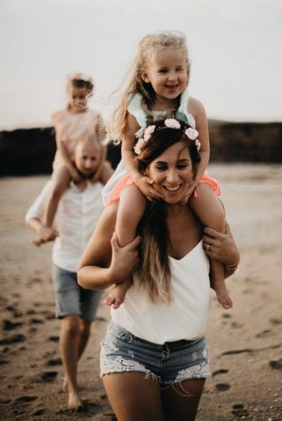 enfants sur les épaules de leurs parents séances famille à la plage guidel morbihan