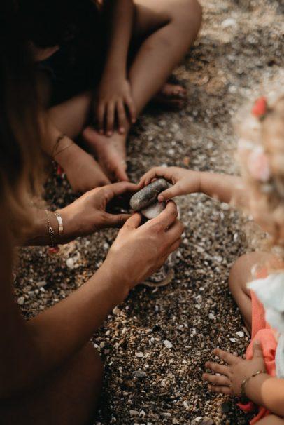 enfants qui construisent un chateau de sable avec leur mère ploemeur morbihan
