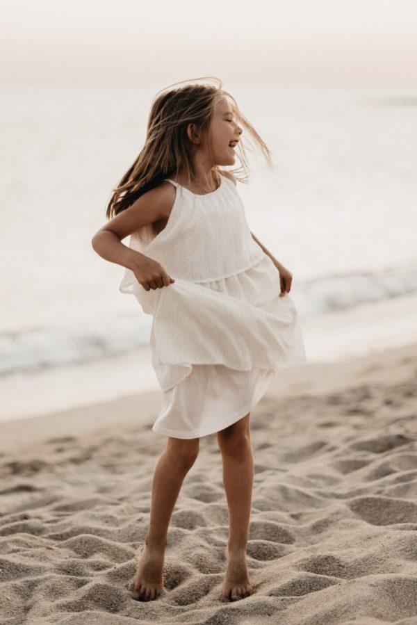portrait fillette qui danse sur la plage séance famille émotion guidel morbihan