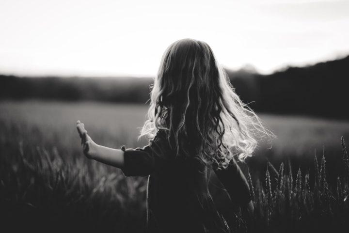 petite fille qui danse dans les champs séance enfant pluvigner morbihan