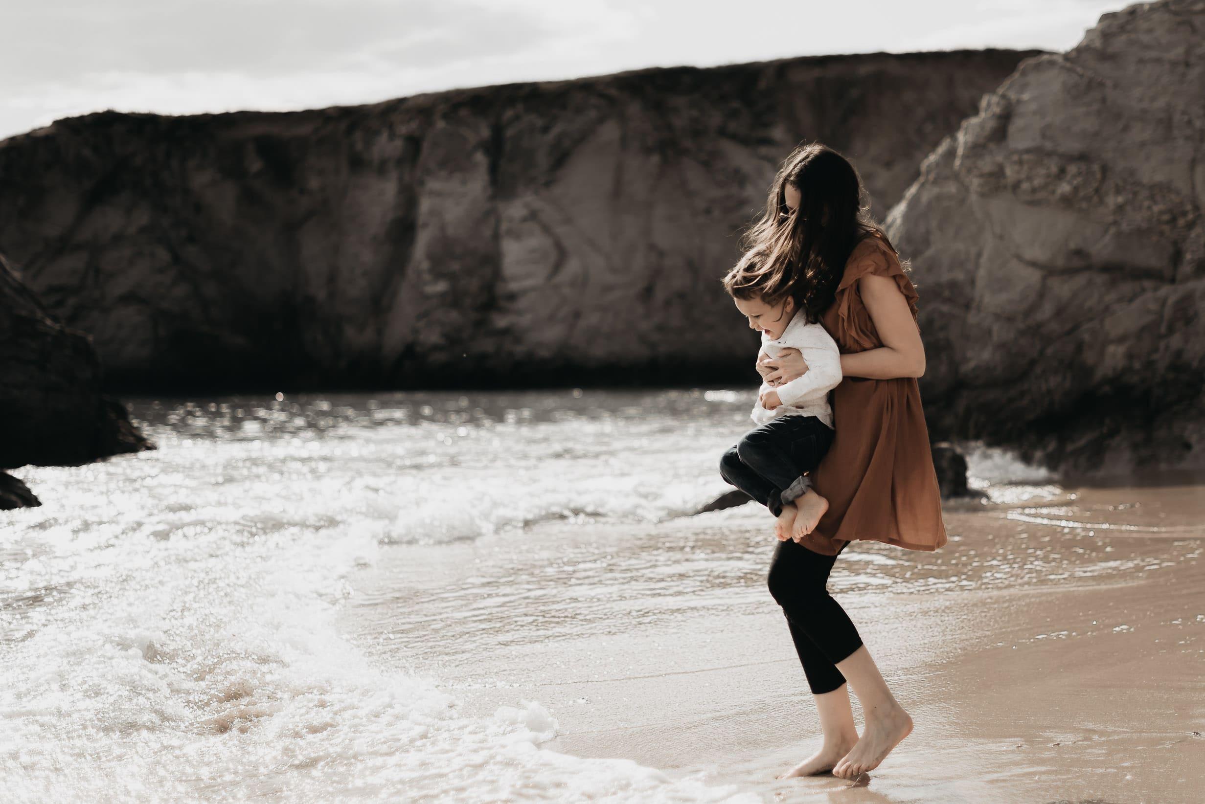 mère et son garçon jouant avec les vagues seance famille erdeven