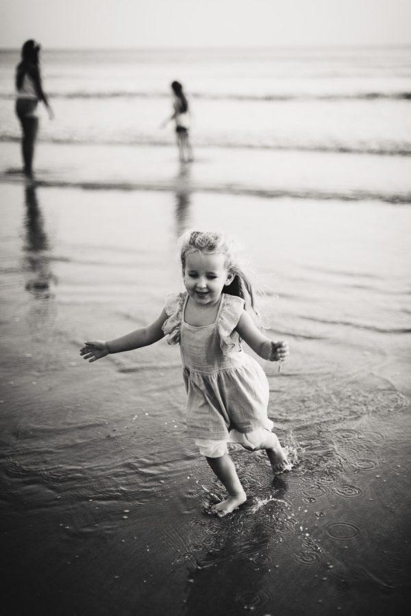 petite fille qui cours sur la plage séance famille émotion guidel