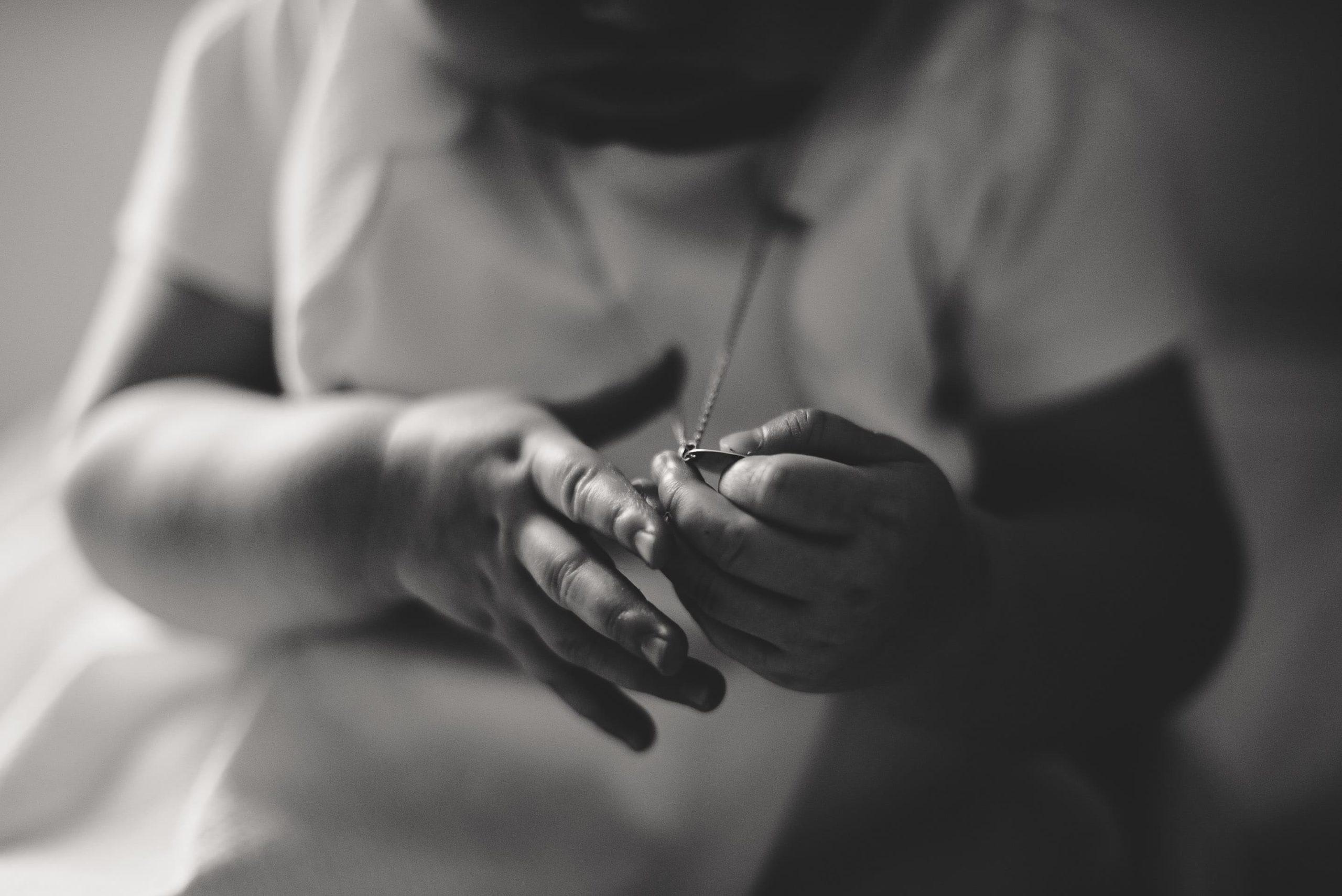 main d'enfant baptême émotion morbihan